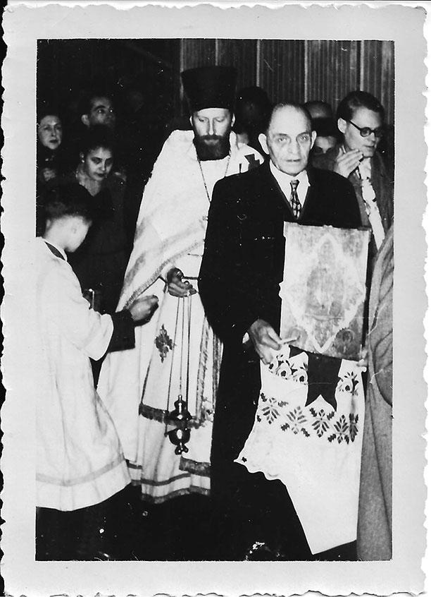 Отец Владыки Агапита Владимир Яромирович Горачек (с иконой) и отец Леонид, граф Игнатьев. Храм Воскресения Христова во Франкфурте-на-Майне. Пасхальный крестный ход года рождения будущего Владыки Агапита — 1955.